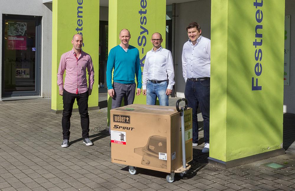 Geschenkübergabe Weber-Grill von ITscope an SH Business COM